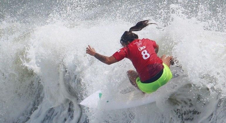 Silvana Lima mostrou todo o seu talento e está entre as oito melhores do surfe olímpico