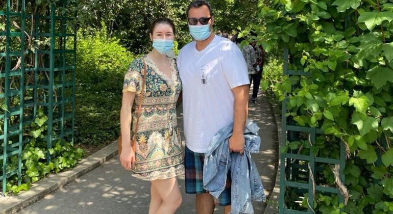 Silvia passeando com o marido no dia da reabertura