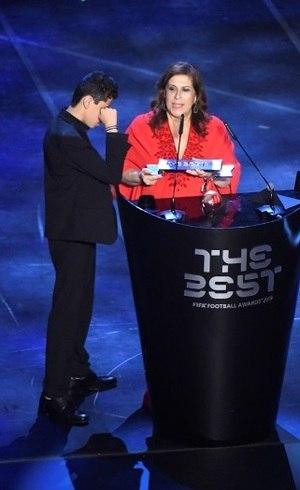 Silvia e Nickollas recebem prêmio da Fifa