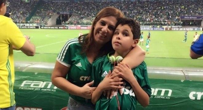 Silvia e Nickollas no Allianz Parque para acompanhar o Palmeiras em campo