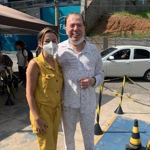 Silvio Santos posa sem máscara após vacina