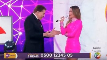 Silvio Santos não abraça Claudia Leitte para