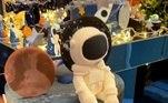 Além do nome do aniversariante, o bolo de dois andares tinha um astronauta no topoLeia mais:Simaria volta às redes sociais após fim do casamento de 14 anos
