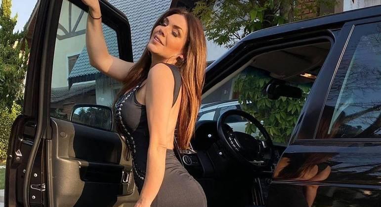 Simony posou com vestido preto colado, que valorizou suas curvas