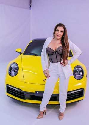 Atriz, de 45 anos, posou ao lado de um Porsche