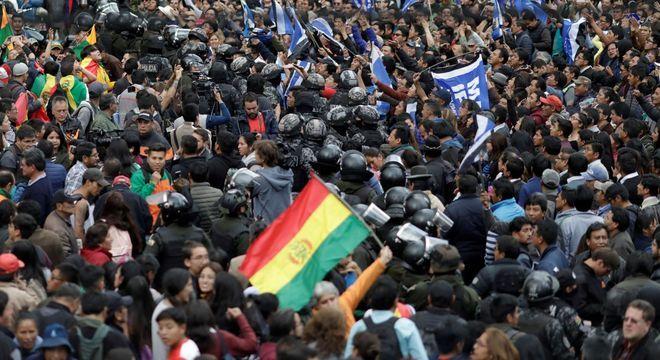 Policiais separam simpatizantes de Mesa e de Morales após confrontos