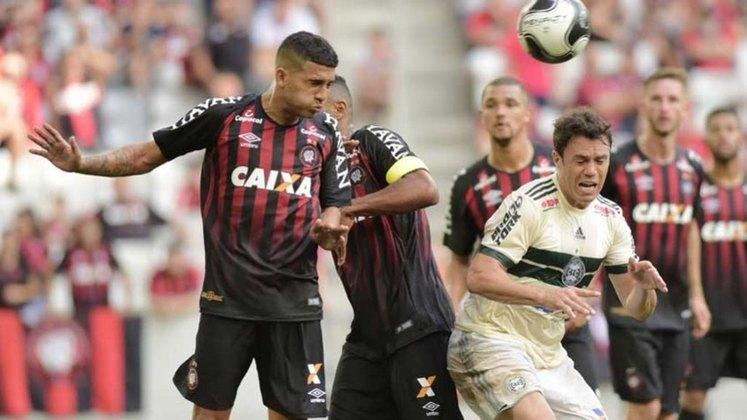 Simultaneamente, a Caixa também já patrocinou os rivais Athletico-PR e Coritiba.