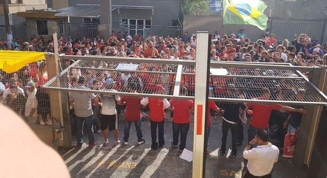 Militantes impedem saída de Lula da sede do Sindicato dos Metalúrgicos