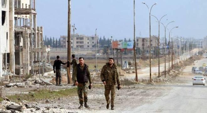 Soldados sírios caminham por Aleppo: Exército anunciou controle total da região
