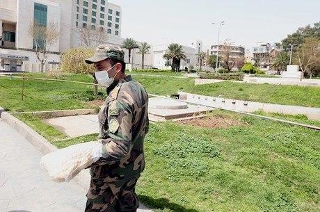 Oficial faz ronda de máscara, na Síria