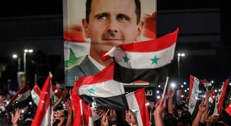 Partidários de al-Assad comemoram reeleição do presidente em Damasco, capital da Síria