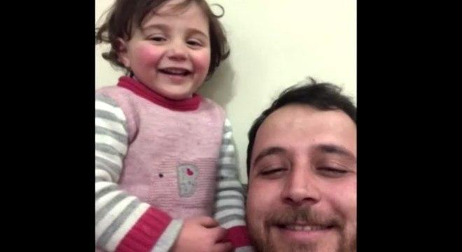 """Abdalla Mohamed e Sawa inventam """"jogo"""" para se distrair com bombas na Síria"""