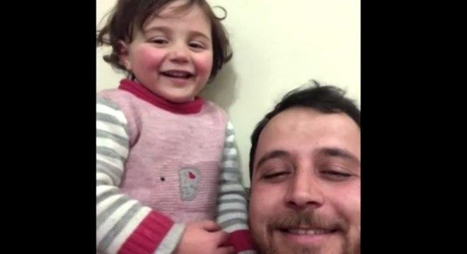 Mohammad e Sawa brincam com o som das bombas e tiroteios