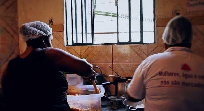 Voluntários preparam refeições para vítimas e agentes de segurança