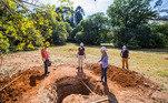 Os poços de teste são feitos a cada 10 metros do terreno, cuja profundidade varia entre 1 e 3 metros, dos quais ao menos quatro seguem preservados por conterem artefatos do século passado