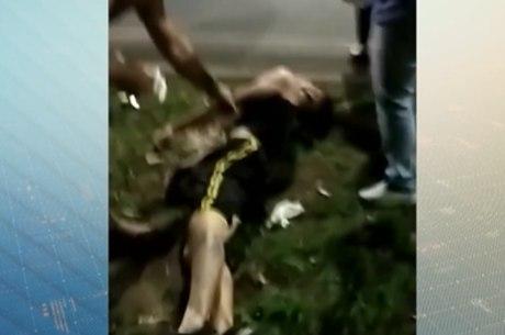 Vítima ficou caída na grama após o acidente