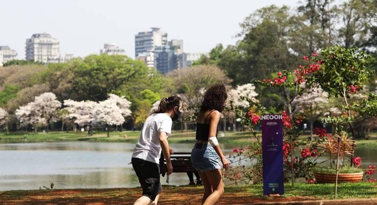 Skatistas passeiam pelo Parque do Ibirapuera no dia mais quente do ano em São Paulo