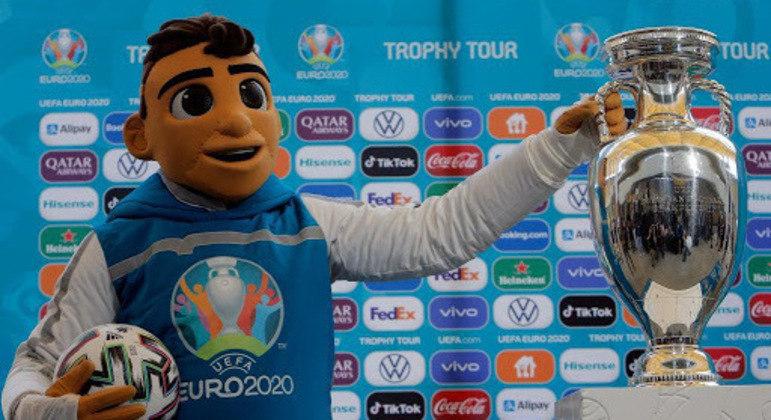 O mascote Skillzy, a bola e a taça da Euro2020