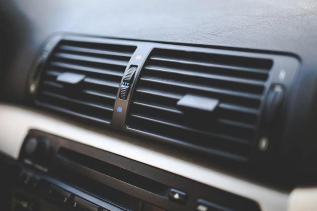 Ar-condicionado é ótimo para matar o calor, mas é péssimo tanto para a pele quanto para as vias respiratórias. O ar artificialmente geladoreduz ainda mais a umidade do ar, aumentando a transpiração e o ressecamento. Uma boa pedida é o bom e velho ventilador, mais o uso de umidificadores de ambiente