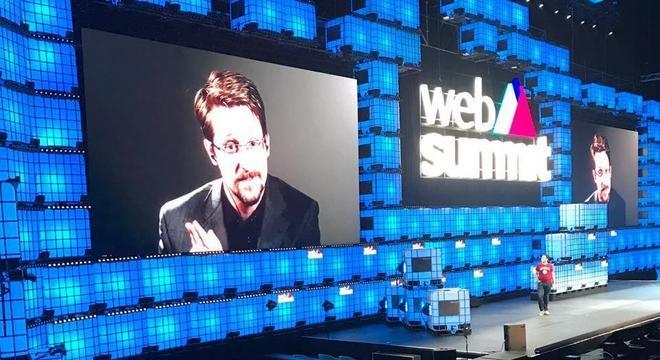 Edward Snowden em videoconferência durante a abertura do Web Summit 2019