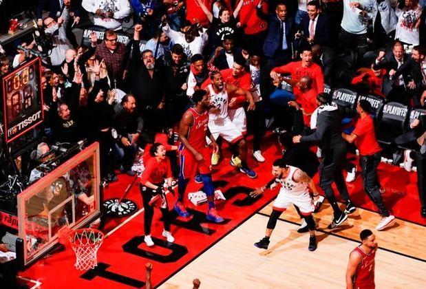 Só acaba quando a bola caí: No jogo 7 das Finais da Conferência Leste da NBA, Toronto Raptors e Philadelphia 76ers estavam empatados. Kawhi Leonard teve a chance de decidir a partida e contou com muita sorte. Ao arremesar, a bola pingou três vezes no aro antes de cair, sacramentando a vitória dos Raptors.