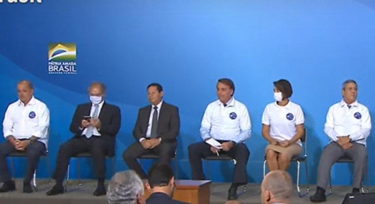 Só Michelle Bolsonaro e o ministro Paulo Guedes usavam máscaras no palco