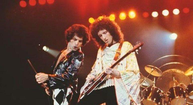 """Sob o comando de Freddie Mercury, o Queen fez os fãs delirarem com sucessos, como Love Of My Life"""", em 1985. O vocalista, inclusive, regeu a plateia durante a canção em um momento arrepiante."""