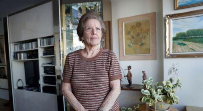 Lea Evron posa para foto em seu apartamento no Queens, em Nova York