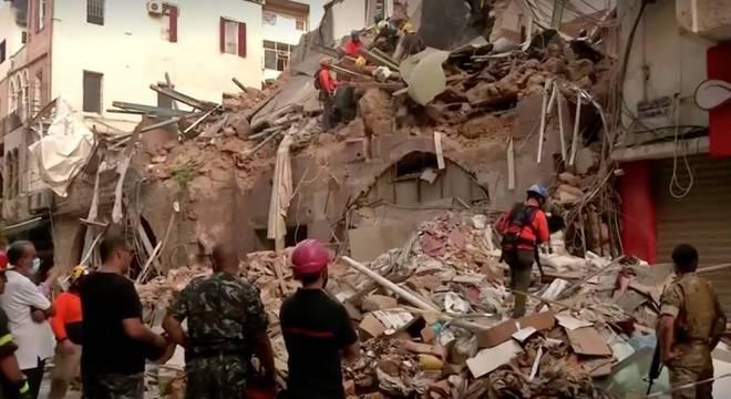 Um cão de resgate detectou movimento sob um prédio desabado