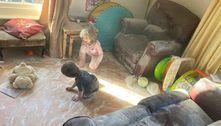 Mãe ameaça vender filhos no eBay após eles espalharem talco na sala
