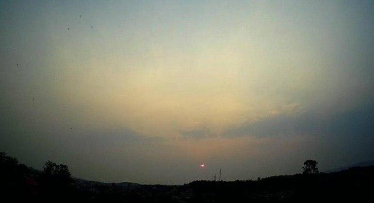 Céu de Taquara coberto por fumaça e o Sol avermelhado ao fundo