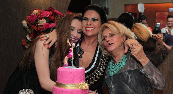 Solange Gomes entre a mãe e a filha na comemoração do aniversário de 41 anos dela