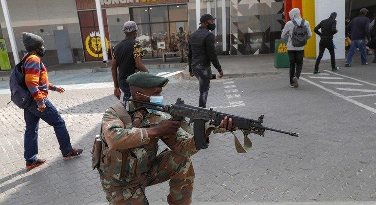 Soldado faz guarda diante de centro comercial em Johannesburgo