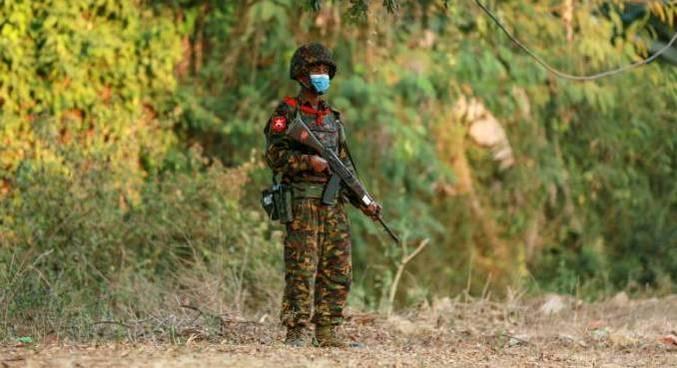 Soldado de Mianmar vigia o complexo do Congresso em Naypyitaw