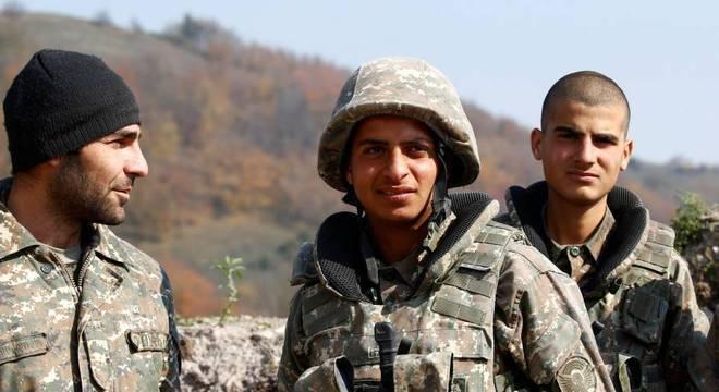 Soldados armênios em posições na linha de frente da batalha em Nagorno-Karabakh