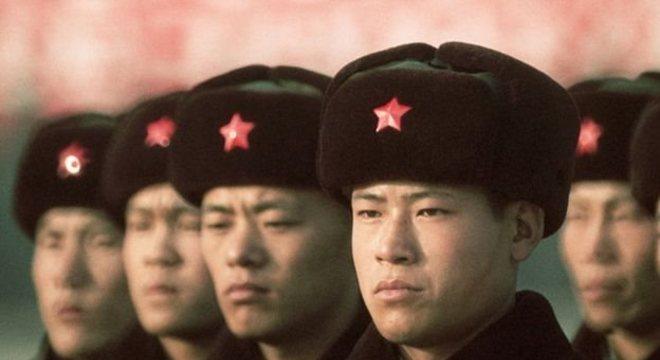 Ren nasceu numa família pobre, no sul da China, em 1944. Para escapar do sofrimento, entrou para o Exército