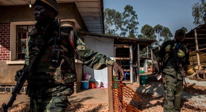 Soldados foram destacados em algumas áreas para proteger trabalhadores de saúde e instalações