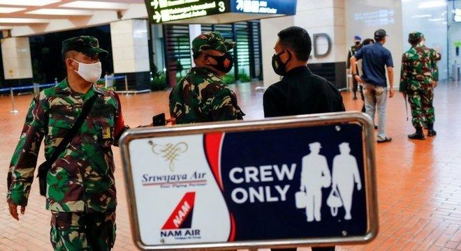 Soldados indonésios no Aeroporto Internacional Soekarno-Hatta depois do desaparecimento do avião da Sriwijaya Air