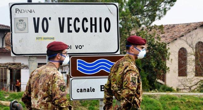 Soldados italianos patrulham vilarejo de Vo', onde houve a primeira morte italiana