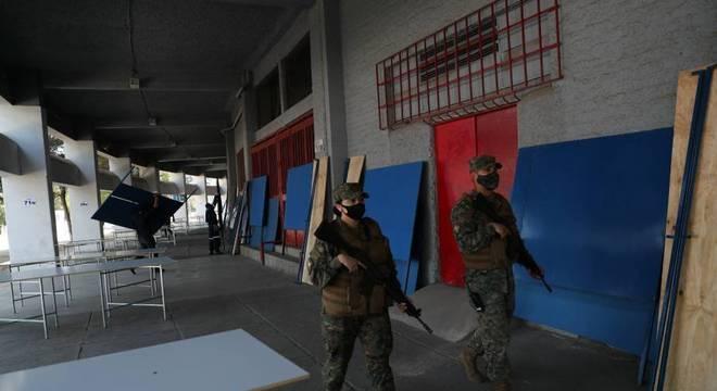 Soldados patrulham local de votação do plebiscito no Chile