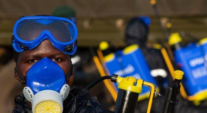 Soldados preparam equipamentos para aplicar pesticidas em Uganda