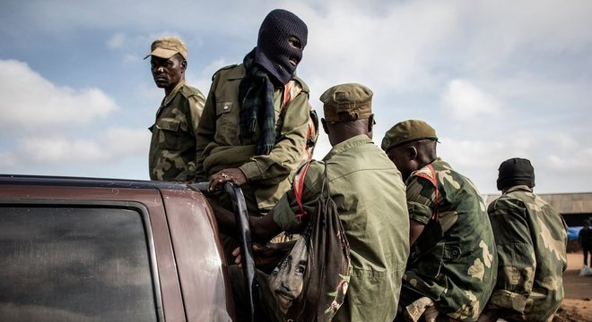 Soldados das forças armadas do Congo se preparam para escoltar profissionais de saúde