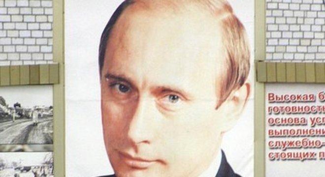 A visibilidade de Putin se estende por toda a Federação Russa - como pode ser visto aqui em uma base do exército russo em Grozny, Chechênia