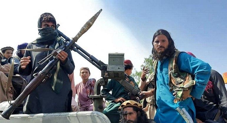 Nas áreas recém-conquistadas, talibãs são acusados de cometer atrocidades como decapitações