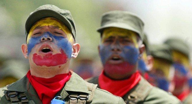 Os militares se tornaram cada vez mais visíveis na vida política e civil da Venezuela desde o governo de Chávez