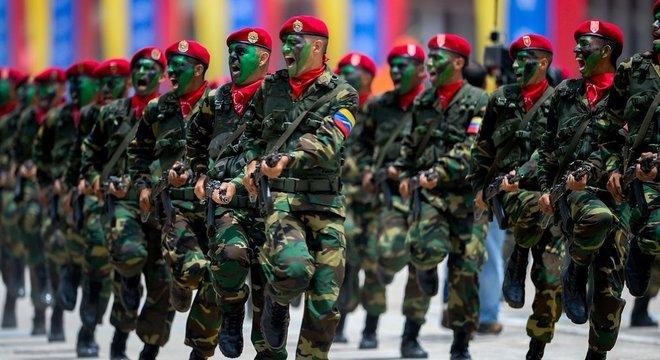 Em um país marcado pela instabilidade política e escassez de bens básicos, militares controlam a importação e distribuição de alimentos