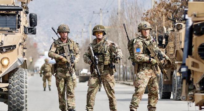 Soldados britânicos guardam local onde aconteceu o atentado em Cabul