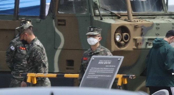 De máscara, atacante Son cumpre serviço militar na Coreia