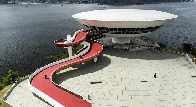 Barros e Peres desceram rampa do Museu de Arte Contemporânea, em Niterói (RJ)