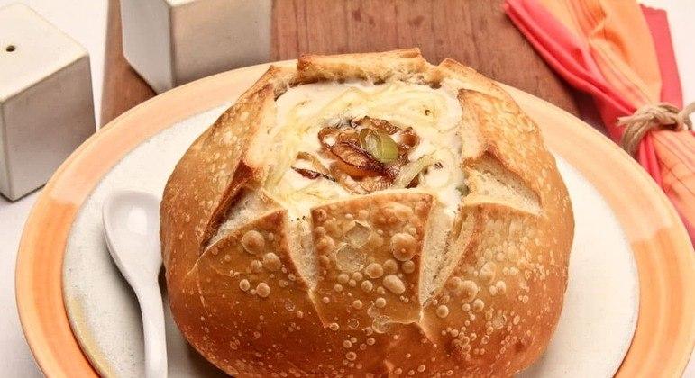 Sopa de alho-poró no pão italiano
